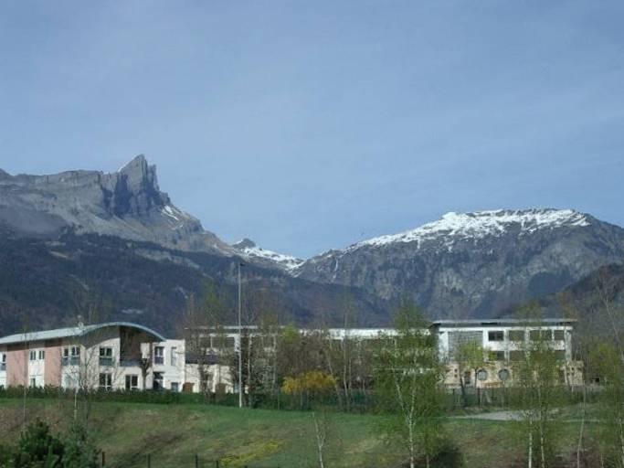 Le collège de Varens vu de l'Arve (cliché Bernard Théry)