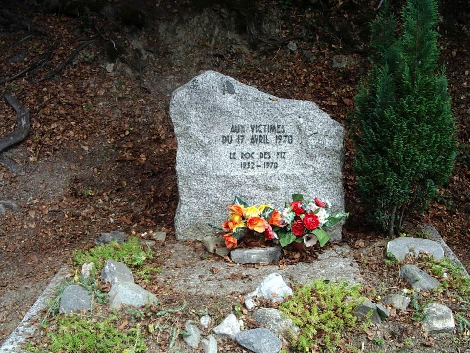 Roc des Fiz : stèle commémorative (cliché Bernard Théry)