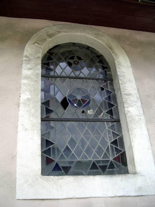 Un des vitraux de Saint-Donat à restaurer (cliché Bernard Théry)