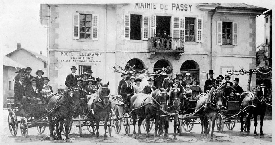 Noce devant la mairie de Passy, le 29 avril 1922 (Coll. Yves Borrel, P. Dupraz, Traditions et évolution de Passy, p. 74)