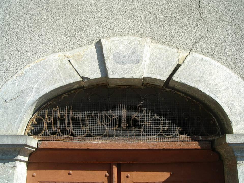 Chapelle-école de Maffrey : porte de la chapelle avec la date de 1835 (cliché Bernard Théry)