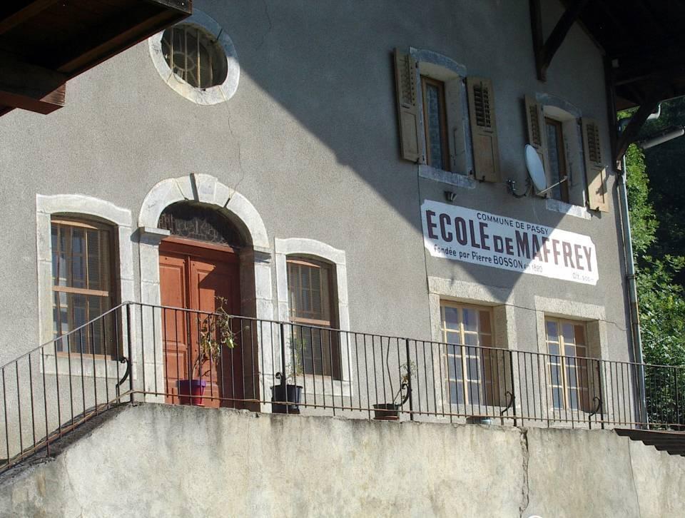 Chapelle-école de Maffrey : à gauche l'entrée de la chapelle ; à droite, les fenêtres de la salle de classe (cliché Bernard Théry)