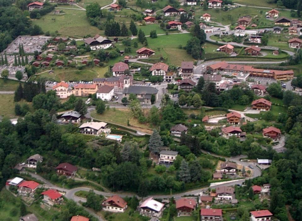 Vue aérienne du chef-lieu de Passy : presbytère, mairie, nouvelle école (pilote Roland Sarkis, cliché Bernard Théry)