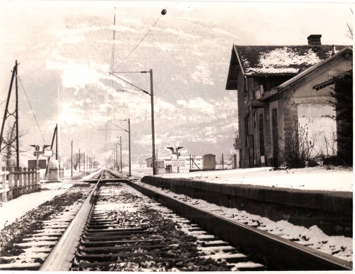 La voie ferrée est électrifiée devant la gare, désaffectée, de « Passy-Domancy » ; au fond, Le Fayet (cliché Jean-Marie Beligand, coll. Michel Sirop)