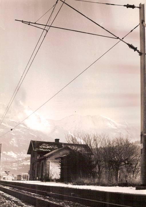 La gare de Passy-Domancy ; au fond les Miages. La voie ferrée est électrifiée mais la gare désaffectée (cliché Jean-Marie Beligand, coll. Michel Sirop)