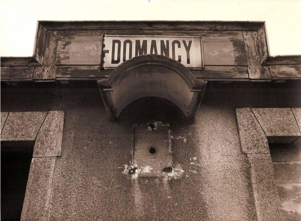 La gare de « Passy-Domancy » devenue gare de « Domancy » : le support de bois était devenu trop long ! La gare est désaffectée et l'horloge a disparu… (cliché Jean-Marie Beligand, coll. Michel Sirop)