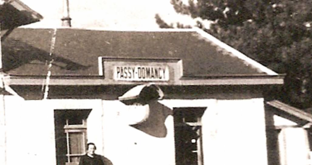 La gare de « Passy-Domancy », son panneau et son horloge, vers 1930-1932, côté voie ferrée (Coll. Favre et Michel Sirop)