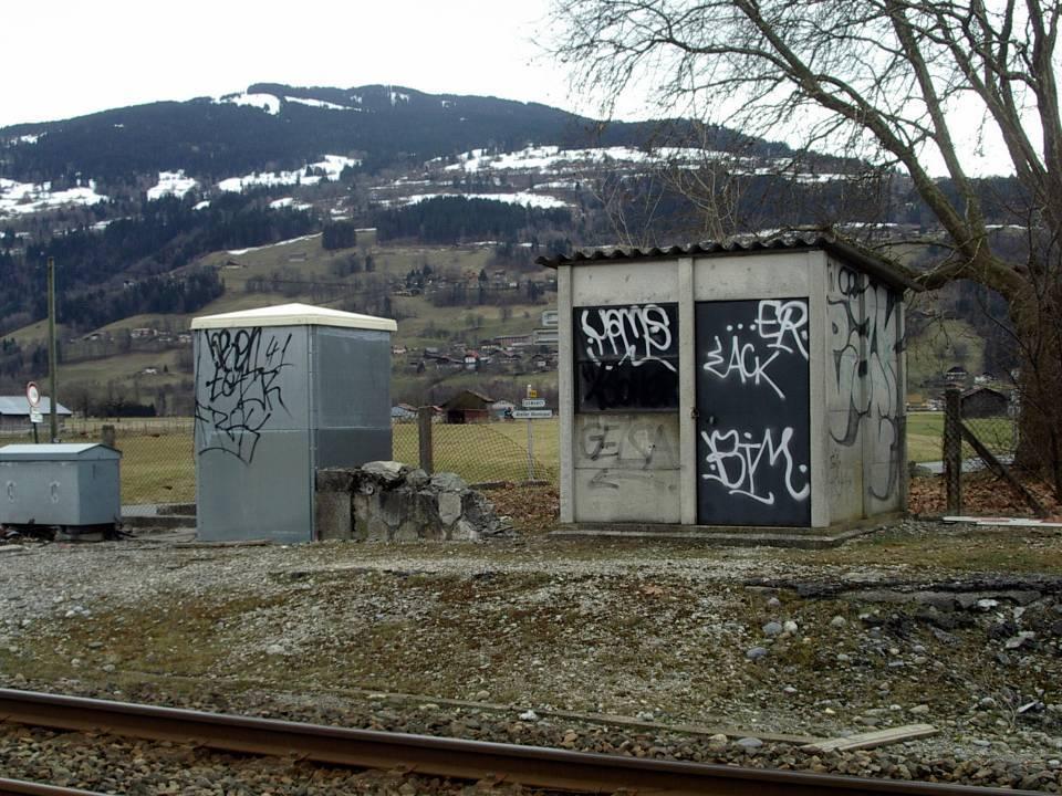 Quelques pierres témoignent encore de la présence de l'ancienne gare de Passy-Domancy (cliché Bernard Théry)