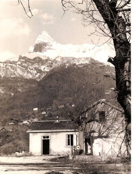 La façade sud de la gare de « Passy-Domancy » ; au fond, l'Aiguille de Varan (cliché Jean-Marie Beligand, coll. Michel Sirop)