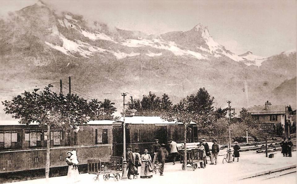Sur le quai de la gare du Fayet au début du XXe siècle ; au fond la chaîne des Fiz (coll. Michel Sirop)