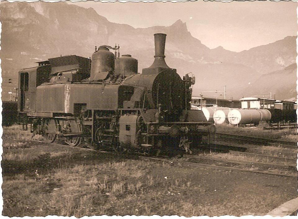 Locomotive de manœuvre 040TB6, au Fayet en 1958 ; au fond la chaîne des Fiz (coll. Michel Sirop)