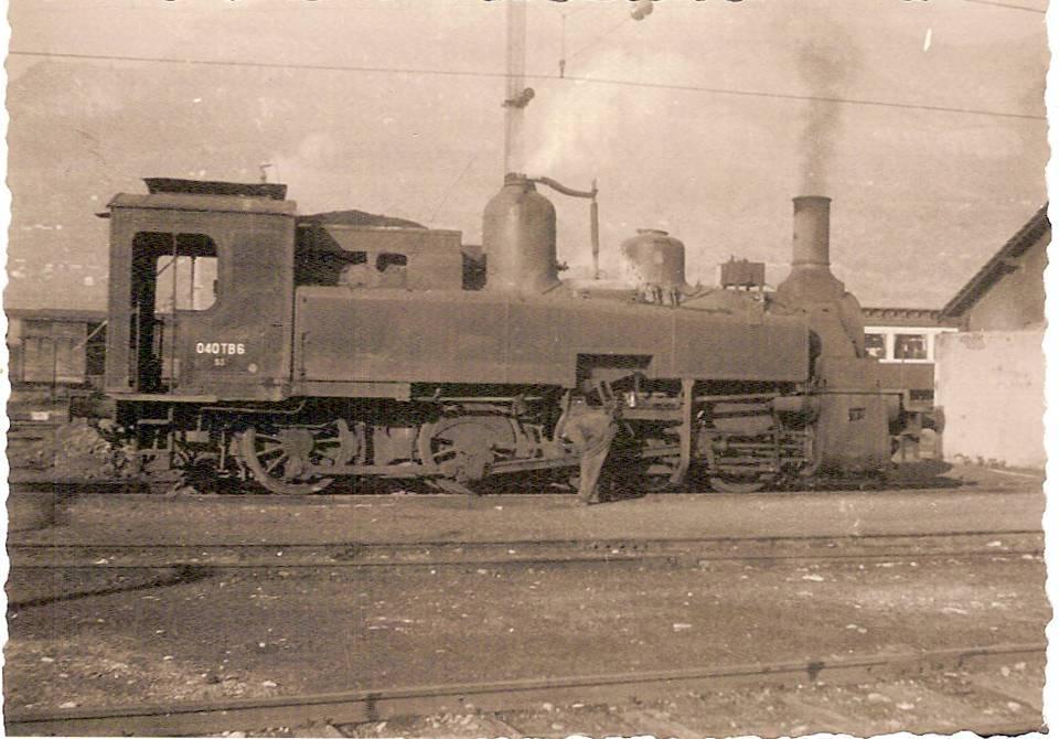 Locomotive de manœuvre 040TB6, au Fayet en 1958 ; le mécanicien est penché sur les bielles (coll. Michel Sirop)