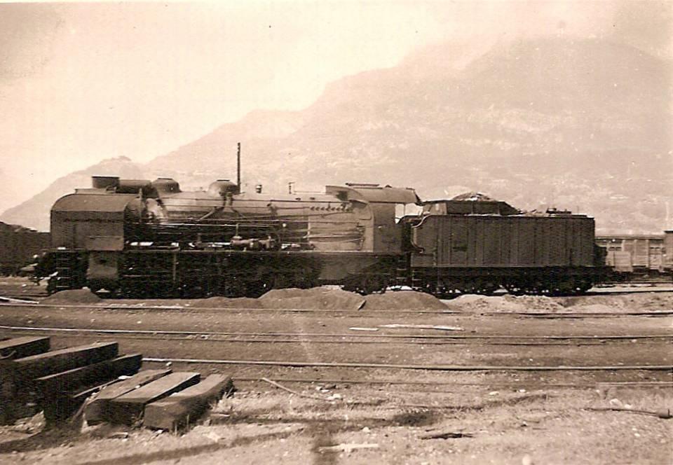 Locomotive de voyageurs 141F, au Fayet en 1960 ; au fond Charousse (coll. Michel Sirop)