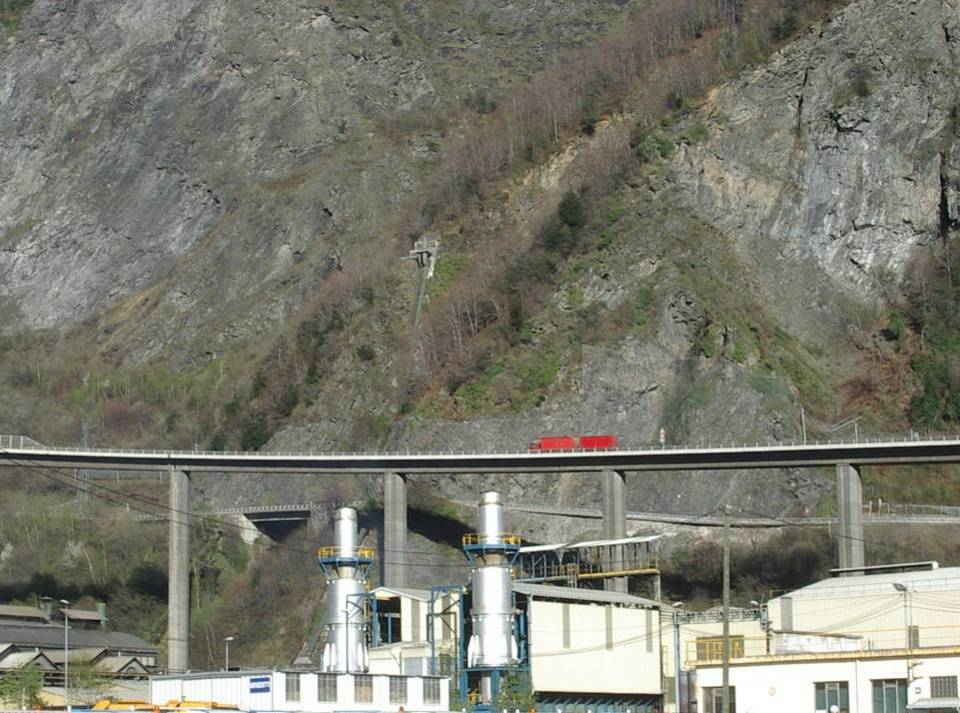 La conduite forcée débouche dans la falaise des Egratz au-dessus de l'usine de Chedde (cliché Bernard Théry)
