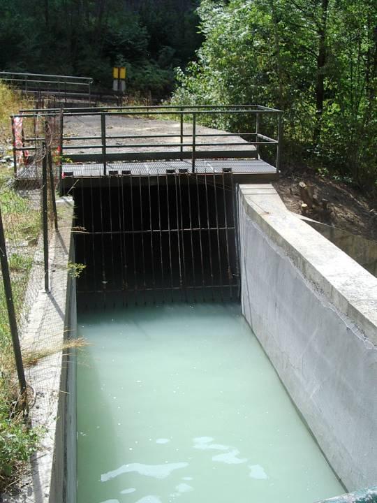 Le canal de fuite avant le passage sous la voie ferrée (panneau jaune), cliché Bernard Théry.
