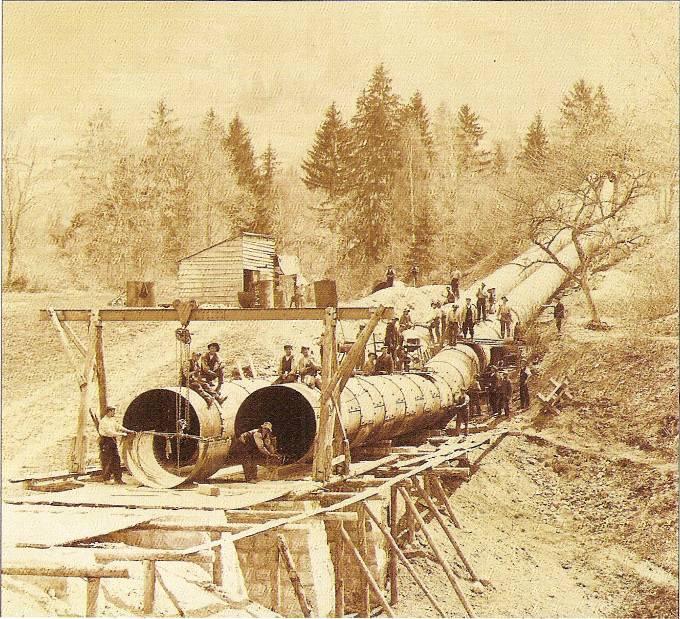 Construction de la conduite forcée ; la taille des ouvriers donne une idée de celle des tuyaux (Vatusium n° 9, p. 33)