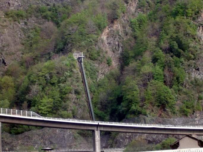 La conduite forcée actuelle qui descend le long de la falaise des Egratz (cliché Bernard Théry)