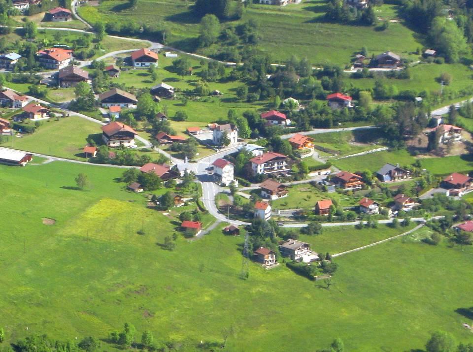 Le village de Bay et son école (pilote Roland Sarkis, cliché Bernard Théry, 2013)