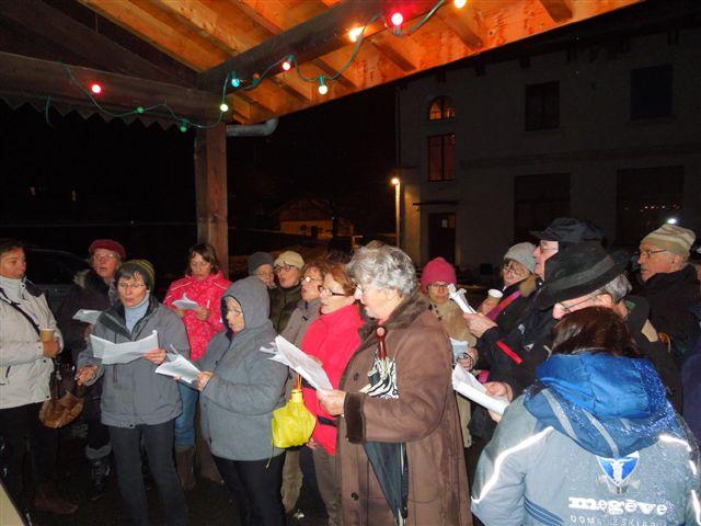 Noël 2012 à Bay : chants sous le préau (doc. Les Amis de Bay)