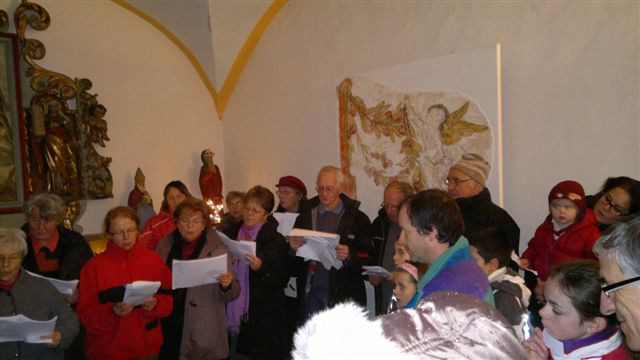 Noël 2012 à Bay : chants dans la chapelle (doc. Les Amis de Bay)