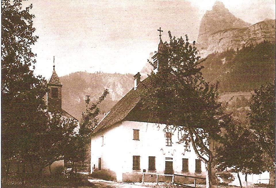 Les deux clochers de Bay : à gauche, la chapelle, à droite, l'école démolie (Doc. J.P. Fivel, P. Dupraz, Passy Hier et auj., p.124)
