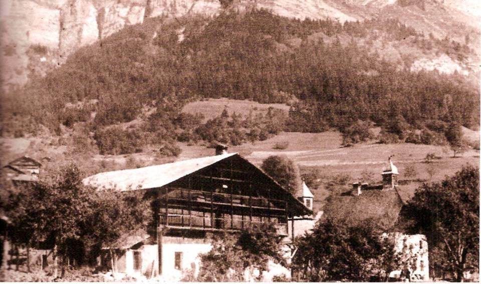 L'ancienne disposition de la chapelle et de l'école de Bay, avant la construction de la nouvelle école (Coll. A. Laugier, Traditions et évolution de Passy, p. 91)