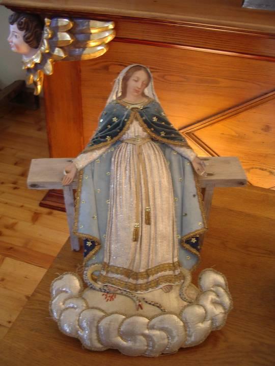 Présentation d'une figurine de procession lors des Journées du patrimoine de sept. 2012 (cliché Bernard Théry)
