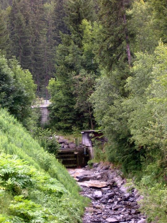 Le barrage sur l'Ugine, au pont de la Têtaz (cliché Bernard Théry)