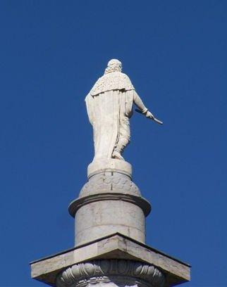 Statue du Roi de Sardaigne, vue de dos, après les récents travaux de restauration de l'édifice en 2009 (cliché du site Pro gomme)