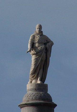 Statue du Roi de Sardaigne, après les récents travaux de restauration de l'édifice en 2009 (cliché du site Pro gomme)