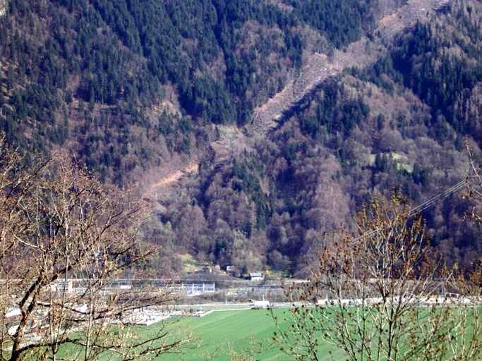 La centrale hydroélectrique de Passy, près de Saint-Denis, vue depuis le Perrey (cliché Bernard Théry)