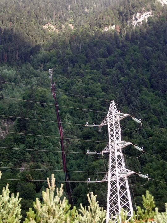 La centrale hydroélectrique de Passy ; en rouge, la conduite forcée (cliché Bernard Théry)