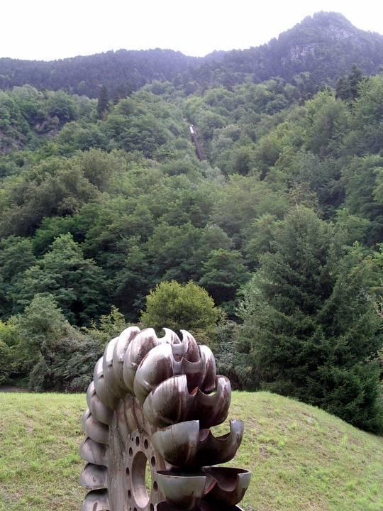 Ancienne turbine Pelton placée à l'entrée de l'usine Edf de Passy (cliché Bernard Théry)
