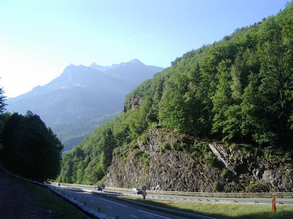 La galerie d'amenée traverse le massif des Gures vu ici du Châtelard, légèrement en amont de la centrale (cliché Bernard Théry)