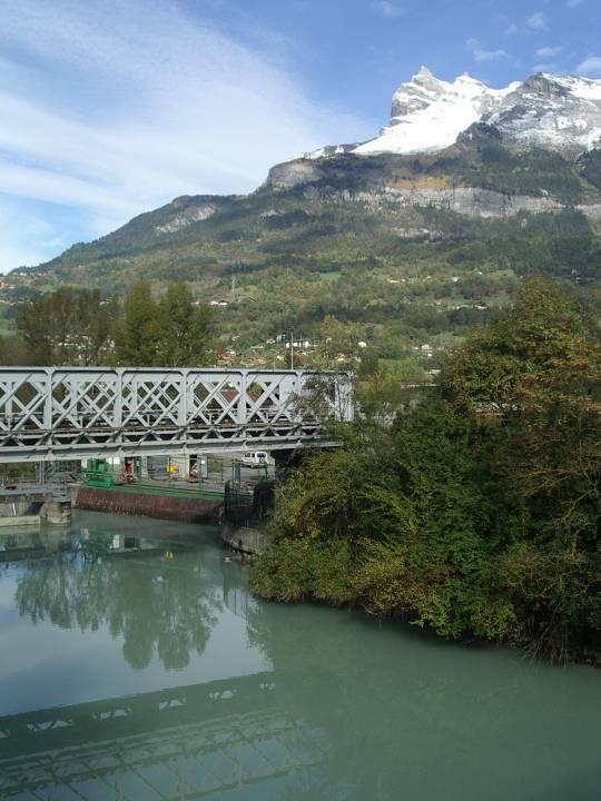 Le barrage du Pont de l'Abbaye, devant Charousse et l'Aiguille de Varan (cliché Bernard Théry)