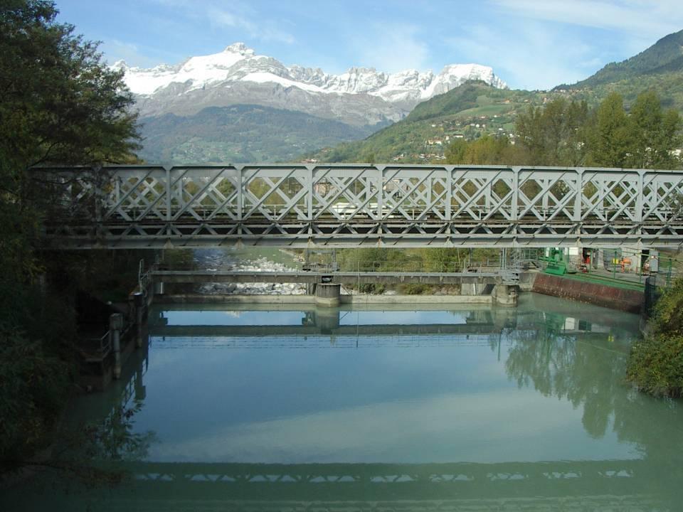 Le barrage du Pont de l'Abbaye ; au fond, les Aravis (cliché Bernard Théry)