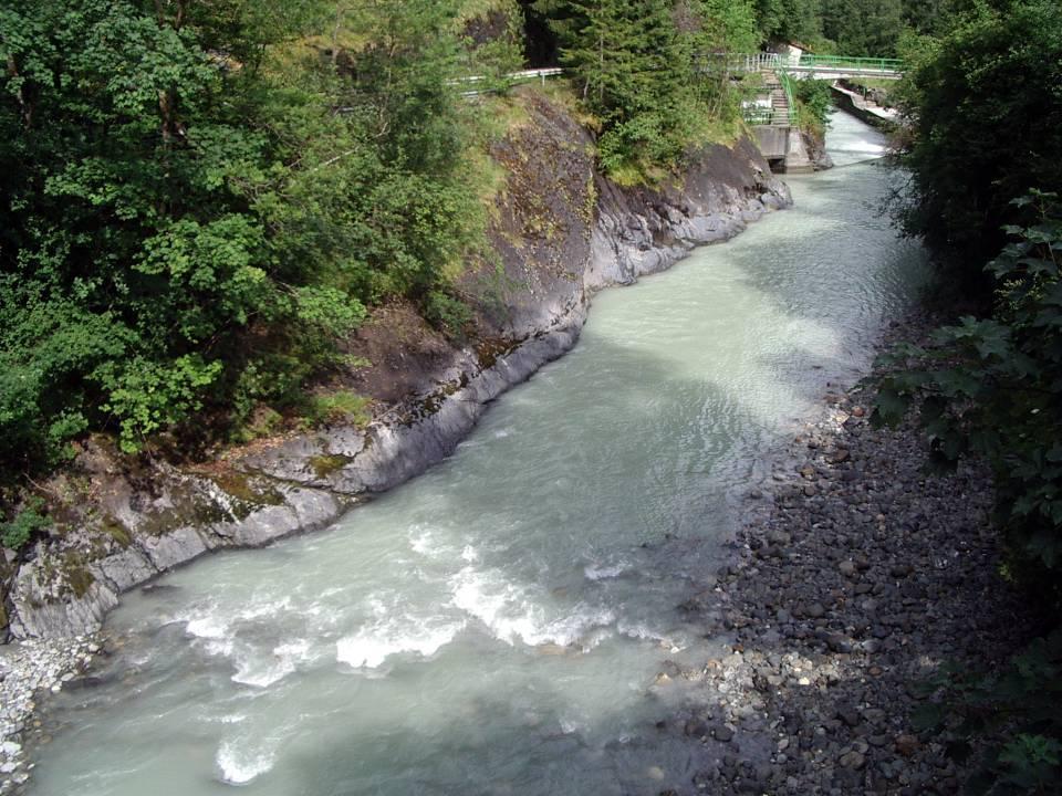 Le barrage vu du pont des Lanternes à Servoz (cliché Bernard Théry)