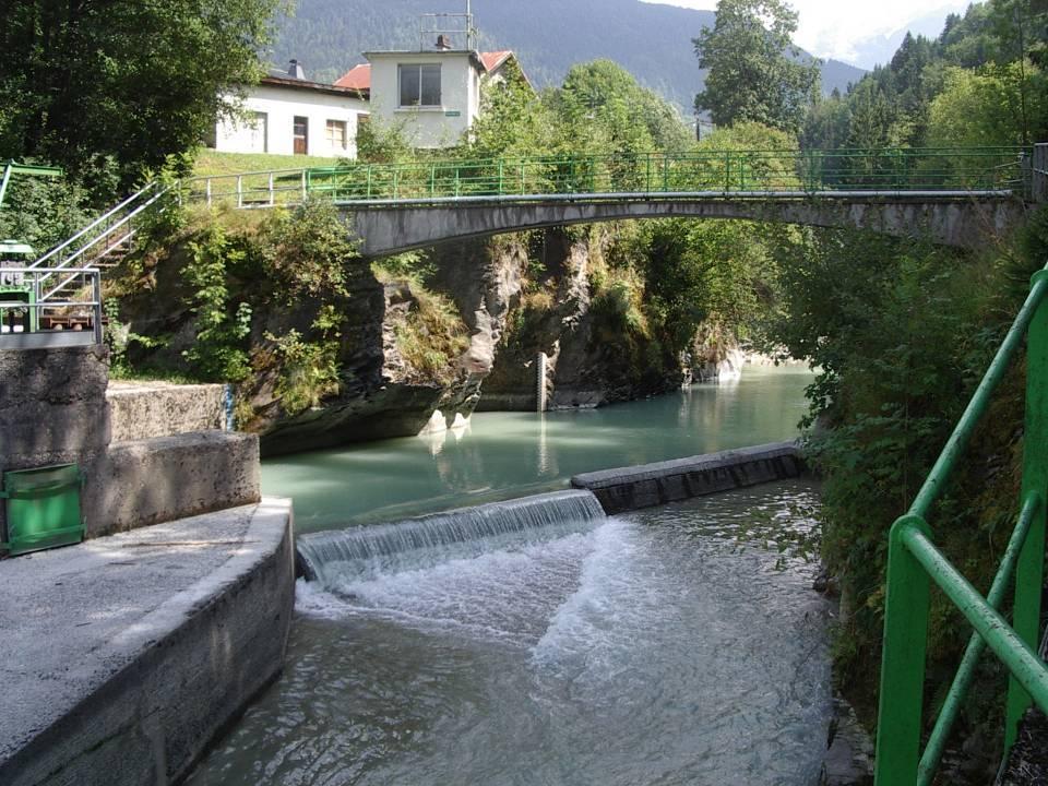 Le barrage du pont des Lanternes vu en aval de la passerelle.