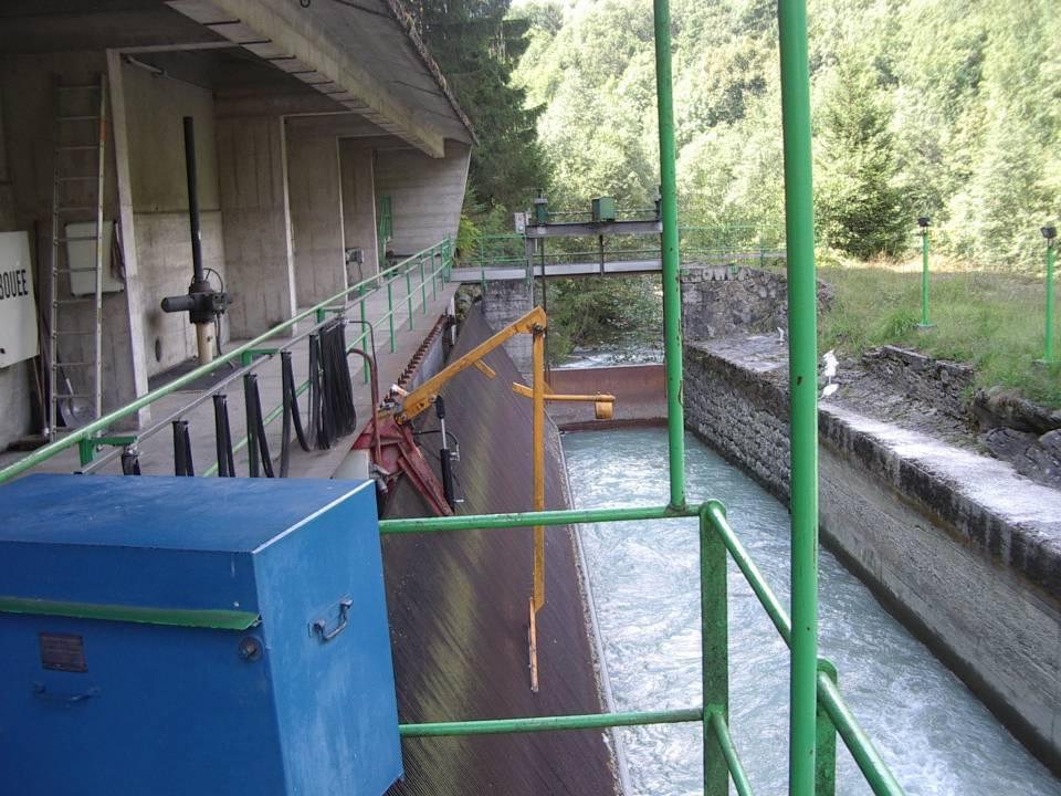 Le barrage et la grille vus en aval de la passerelle.