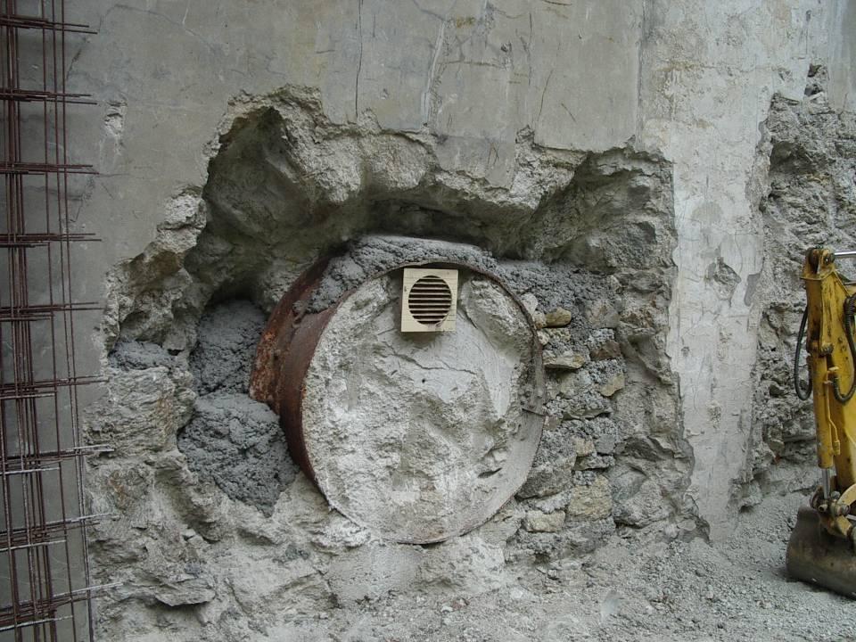 Vestiges d'une ancienne entrée de conduite forcée dans le mur nord du bâtiment (cliché Bernard Théry)
