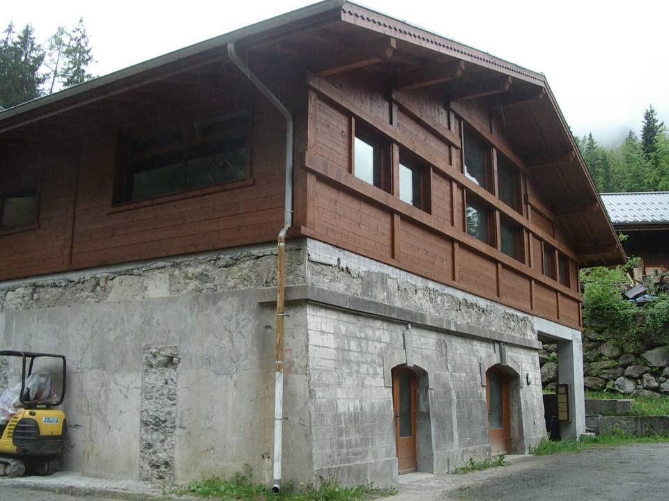 Vestiges du bâtiment de l'ancienne centrale des Chavants et l'atelier construit sur le soubassement (cliché Bernard Théry)