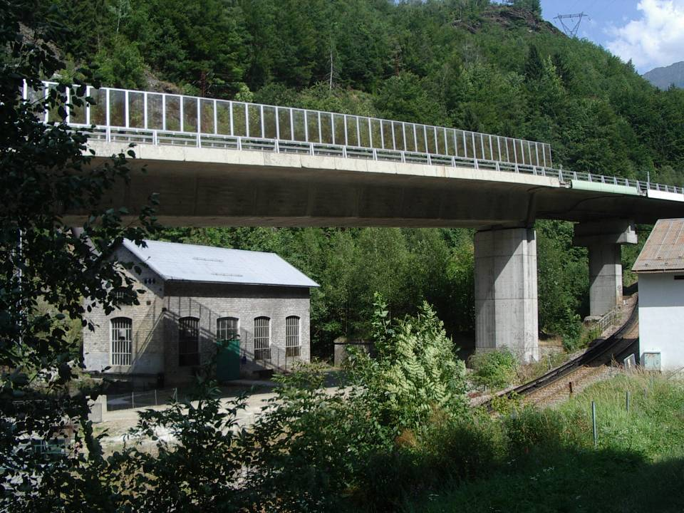 La centrale de Servoz aujourd'hui ; on devine à droite du bâtiment E.D.F. le soubassement de l'ancien bâtiment P.L.M. (cliché Bernard Théry)
