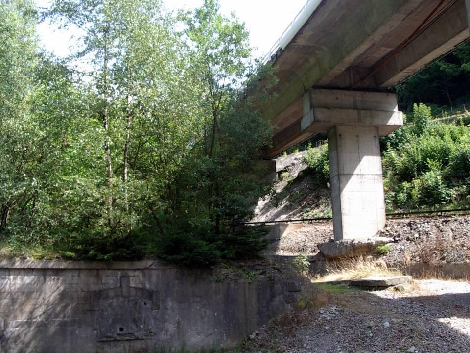Ce qui reste du bâtiment, le soubassement ; on voit que la centrale P.L.M. était situé à proximité immédiate de la voie ferrée (cliché Bernard Théry)