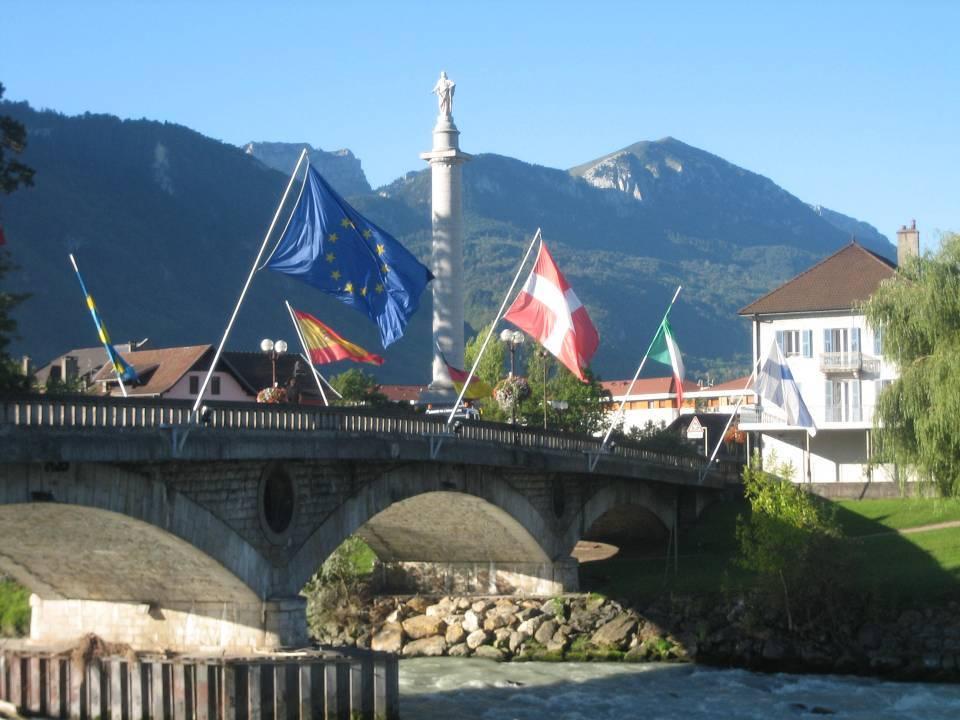 Colonne Charles Félix et pont de l'Europe, Bonneville (Site Wikipedia commons, auteur : Charlotte de Savoie)
