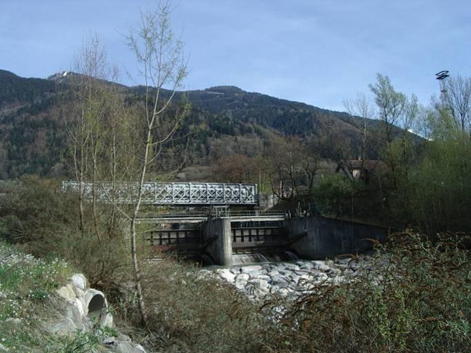 : Le barrage du Pont de l'Abbaye à Passy et le pont de chemin de fer vus de l'aval (cliché Bernard Théry)