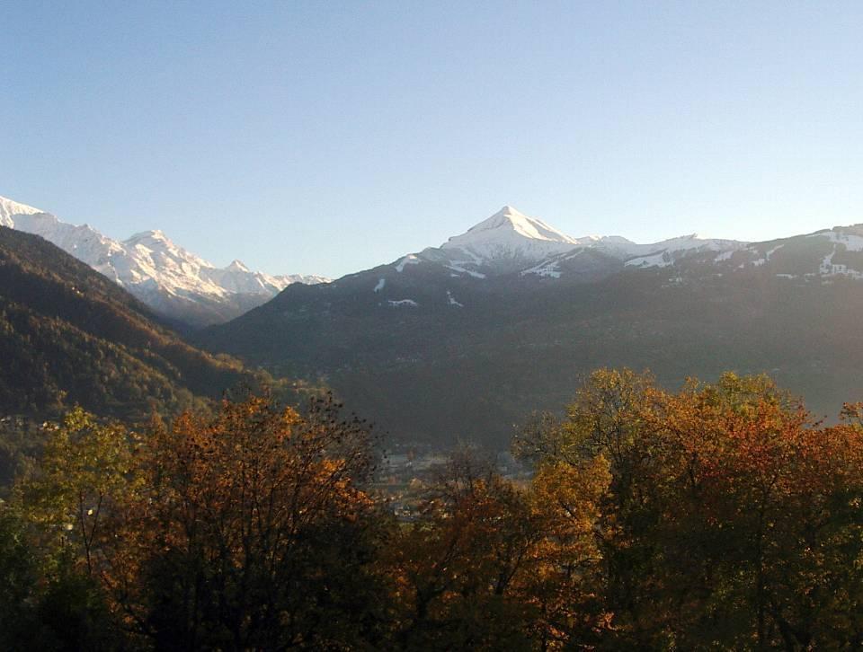 Le Mont Joly vu en automne depuis le plateau d'Assy, à Passy (cliché Bernard Théry, 2012)