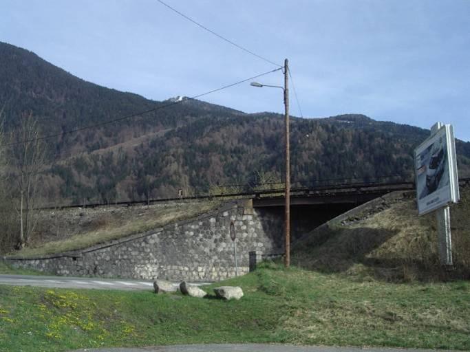 Le pont SNCF de l'Aérodrome, vu de l'avenue des Grandes Platières en 2012 (cliché Bernard Théry)
