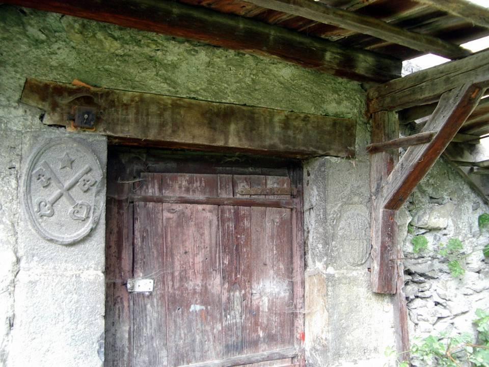 Les clés de saint Pierre et le blason, ferme dite « de Saint-Pierre », rue des Outards, Passy (cliché Bernard Théry)