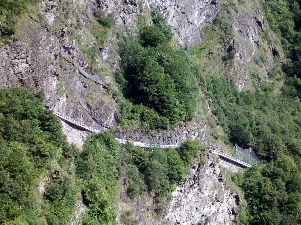 La voie descendante de la Route blanche au niveau des Egratz, avant les travaux de sécurisation (cliché Bernard Théry, 1er août 2011)
