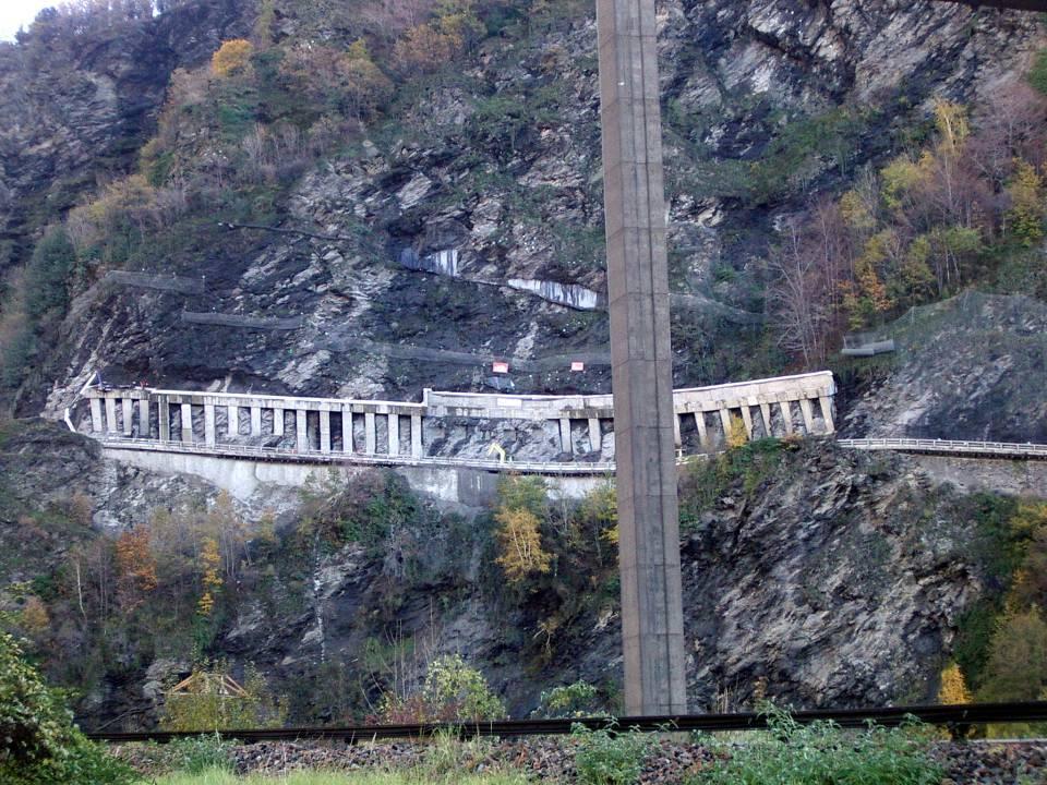 Les piles de béton encastrées dans la falaise des Egratz (cliché Bernard Théry, 7 novembre 2012)